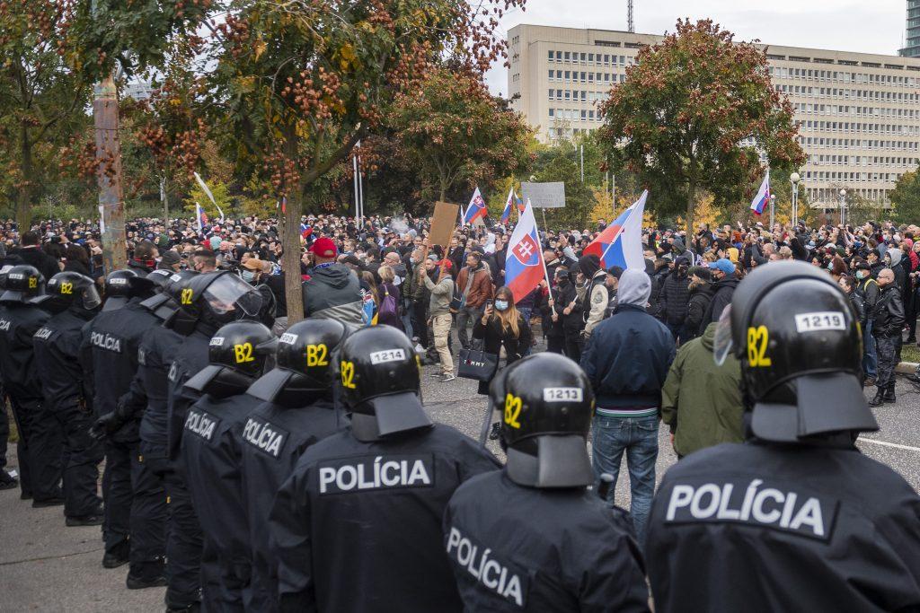Smeráci, dankovci a kotlebovci idú na protest proti Matovičovi