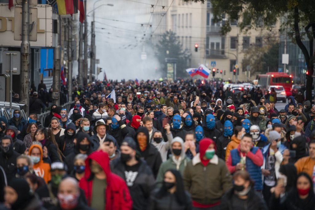 Protivládny míting: Tisíce ľudí pred parlamentom