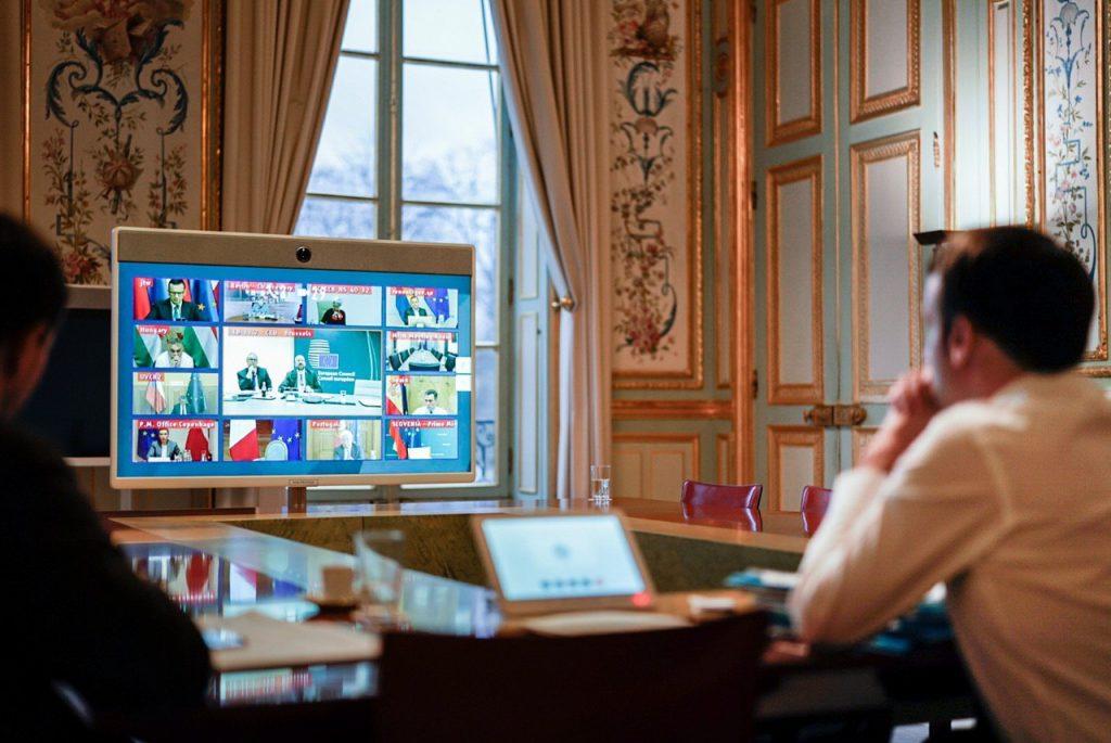 Macron sa uchyľuje do bunkra pod Elyzejským palácom
