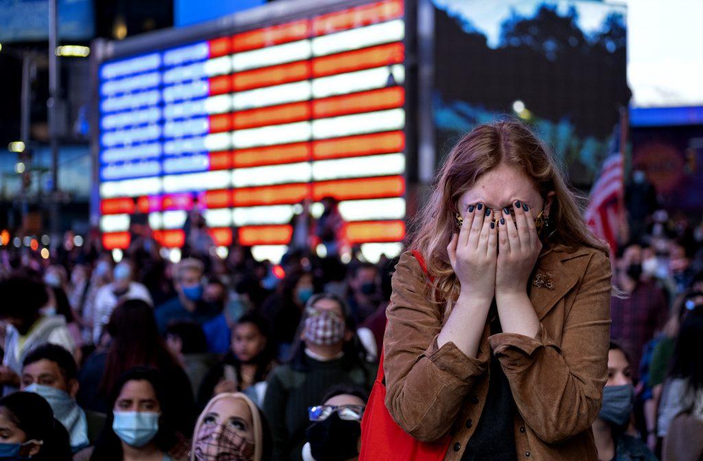 Oslavy a protesty po zvolení Bidena: Trumpovi voliči vyšli do ulíc aj so zbraňami