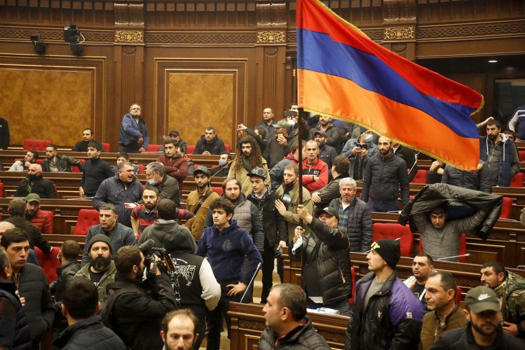 Arménsky premiér sa skrýva pred rozhnevaným davom