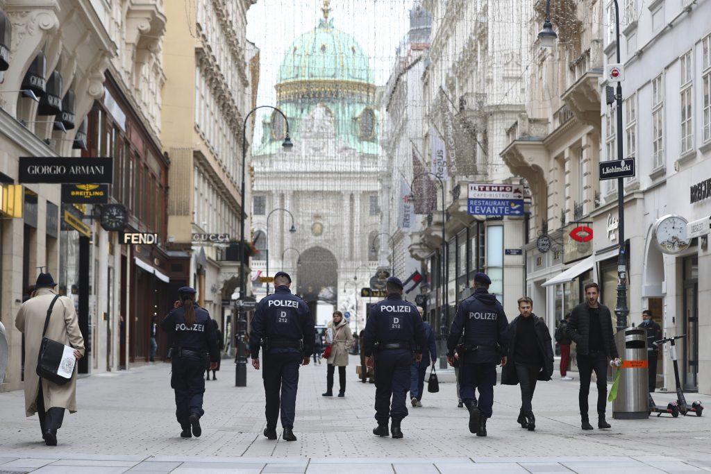 Utečenci, vitajte. Za svoj komentár o teroristickom útoku vo Viedni prišiel riaditeľ gymnázia o miesto