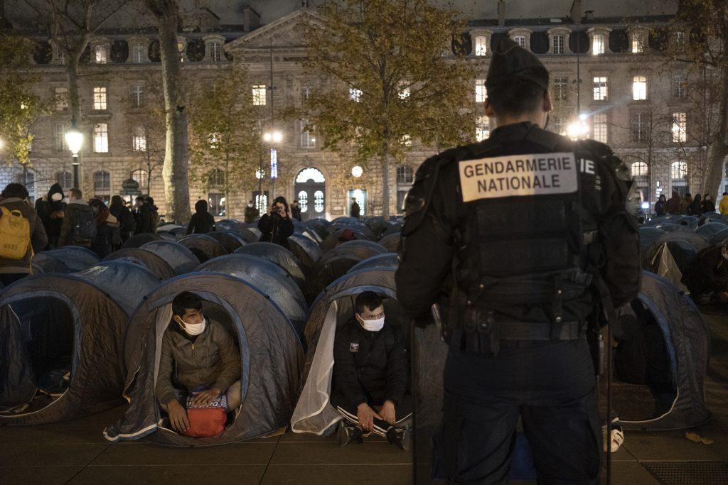 Keď sa snúbi masová migrácia a policajná brutalita