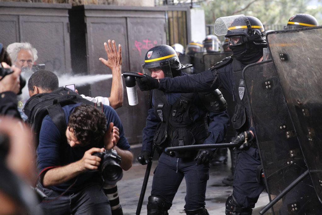 Útoky na policajtov vo Francúzsku rastú. Toto je Macronova odpoveď