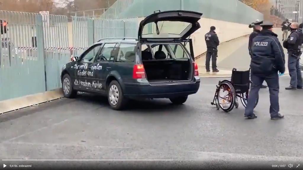 Do Merkelovej úradu vrazilo vozidlo popísané protivládnymi sloganmi