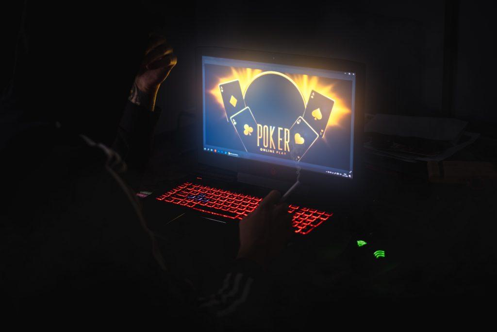 Chápadlá hazardu sa naťahujú z internetu, tento rok tam hráči vložili 1,5 miliardy eur