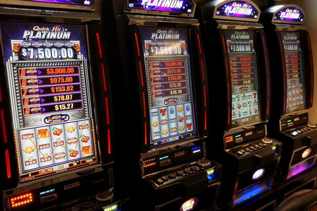 Živí sa tým, že pre stávkovú firmu kontroluje gamblerov