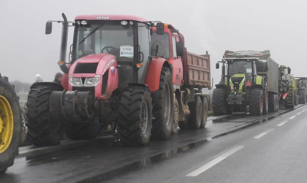 Nebyť núdzového stavu, v mestách urobíme defilé poľnohospodárskej techniky, hnevajú sa farmári