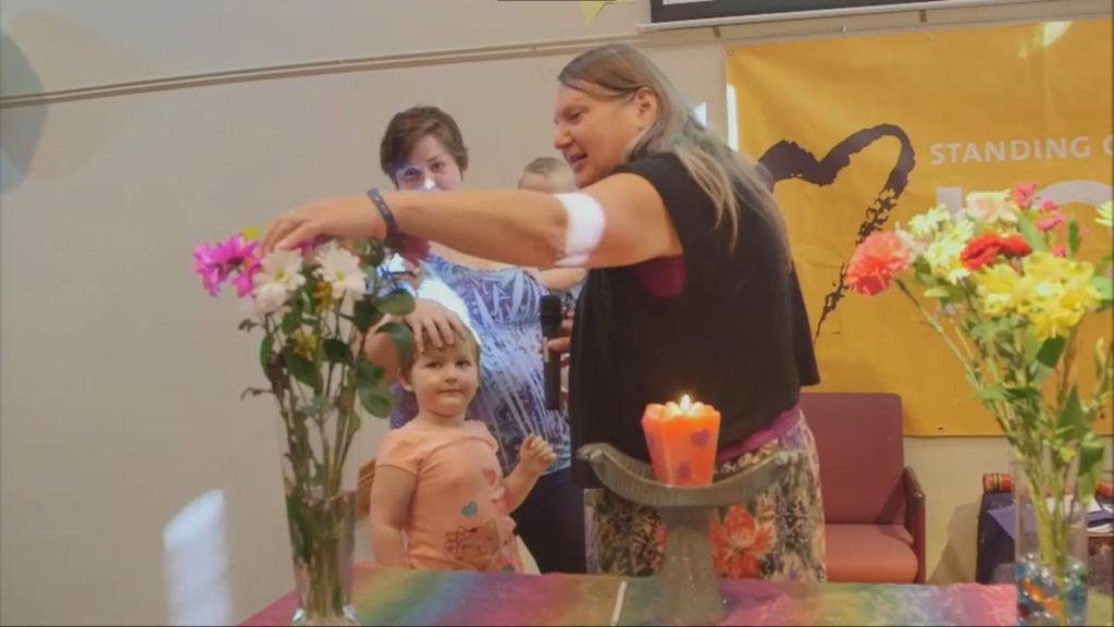 Dokument o trans deťoch: Tých dospelých by mali odviezť v putách, reaguje konzervatívny komentátor