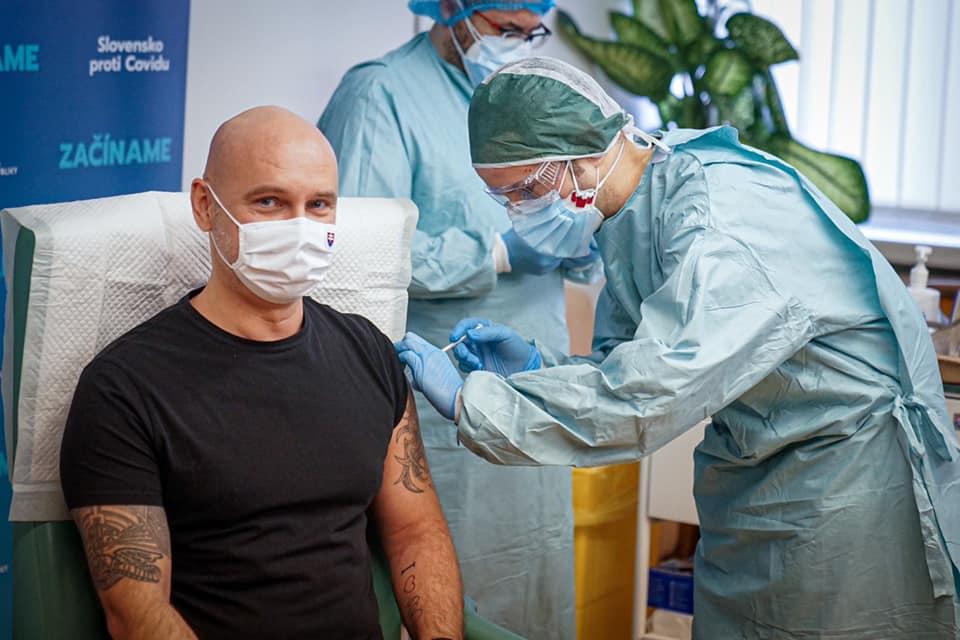 Očkovanie je najlepší spôsob, ako ochrániť seba a najbližších, hovoria politici