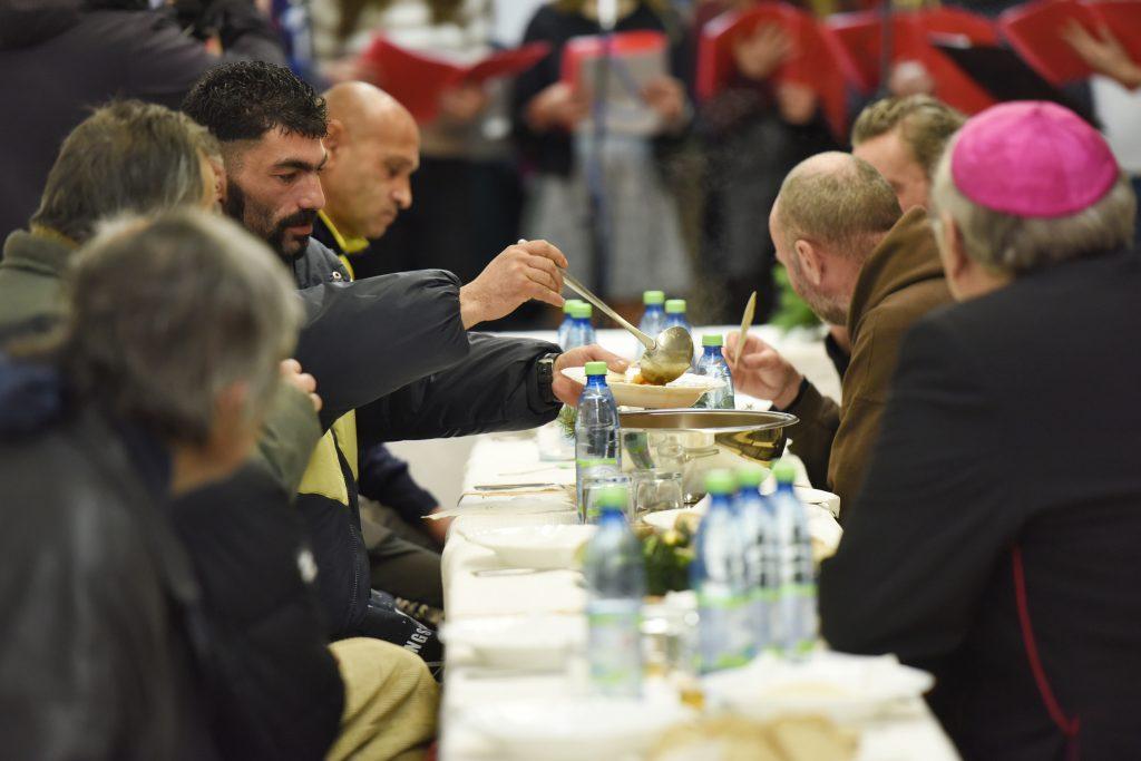 Ľudí bez domova čakajú ešte skromnejšie Vianoce ako obyčajne