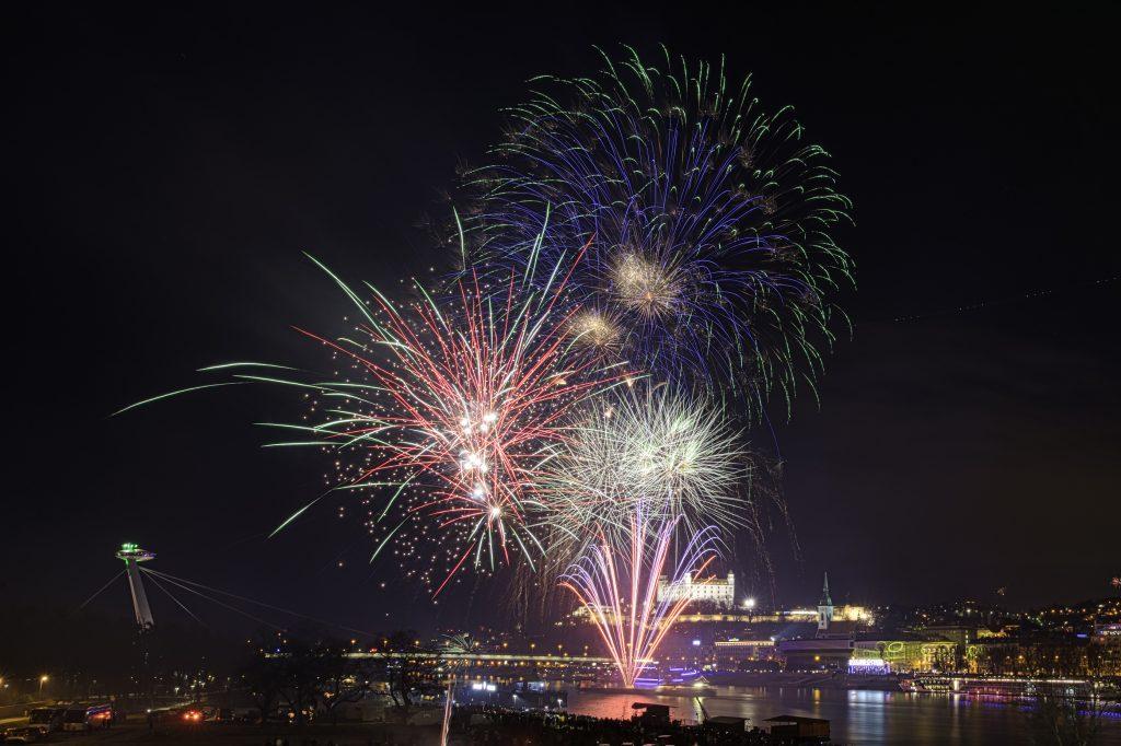 Na vianočnej výzdobe a ohňostrojoch šetria všetky mestá okrem Bratislavy