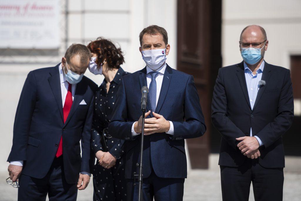 Prieskum: Premiérovi dôveruje ešte menej ľudí ako Kollárovi a Remišovej