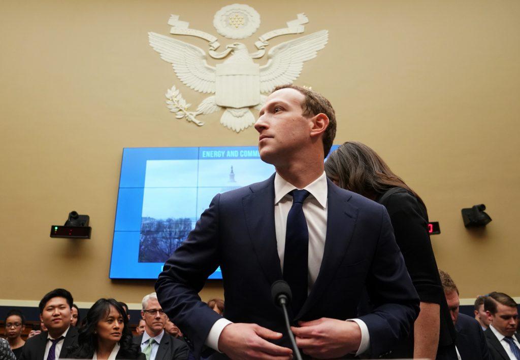 Obviňovaný z ničenia konkurencie: Gigant Facebook chcú rozdeliť