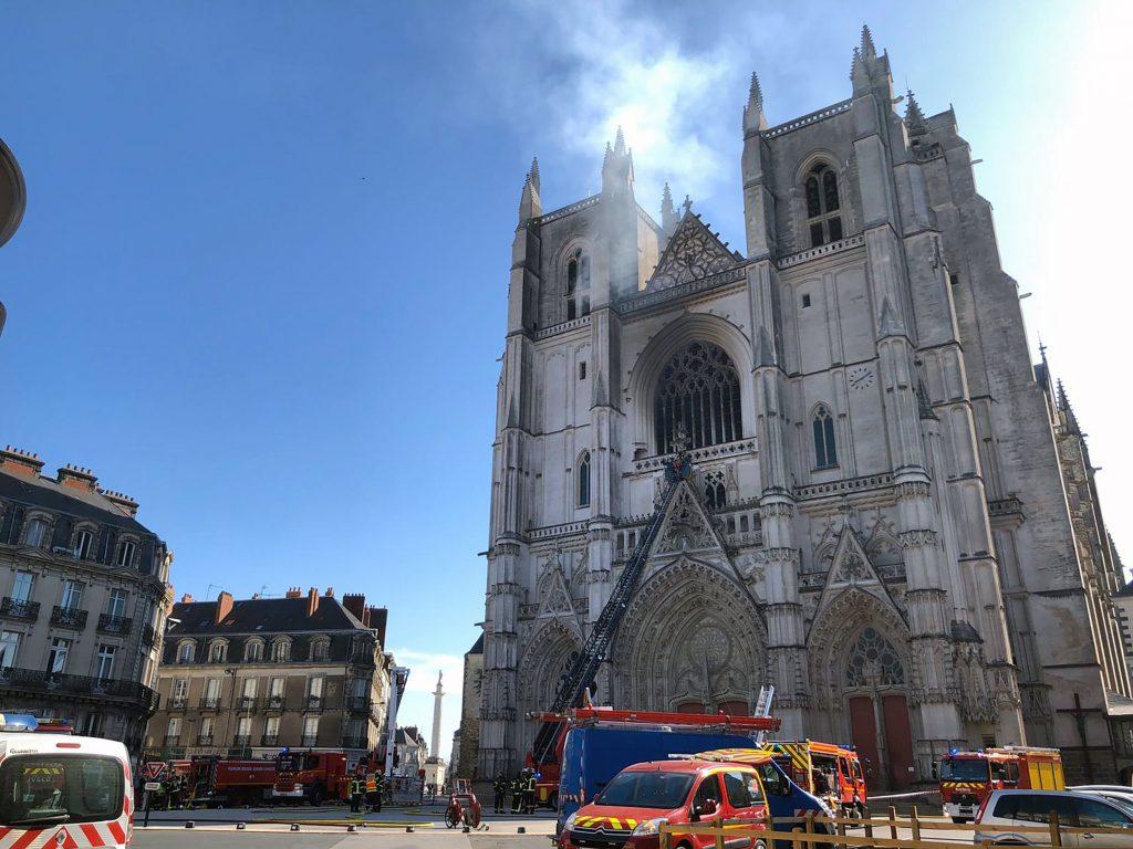 Pri rekonštrukcii Notre Dame najviac bojujú s nánosmi zo zničenej olovenej strechy