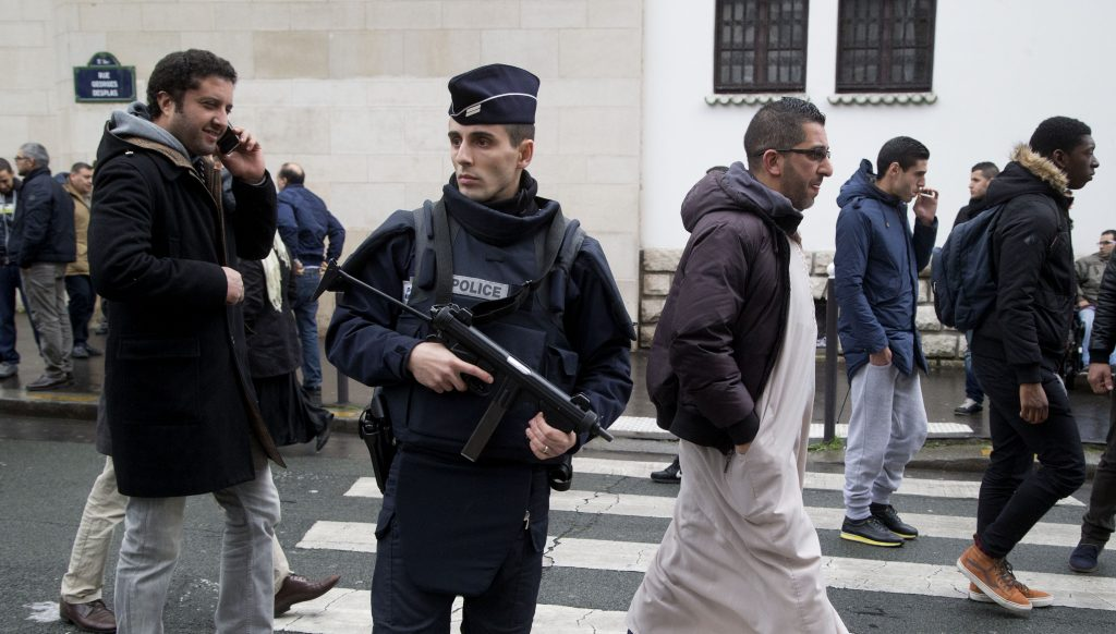 Francúzi pritvrdia proti mešitám