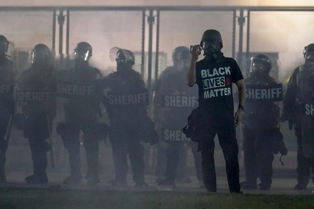 Medzitým v Amerike: Okliešťovanie polície sprevádza nárast zločinnosti