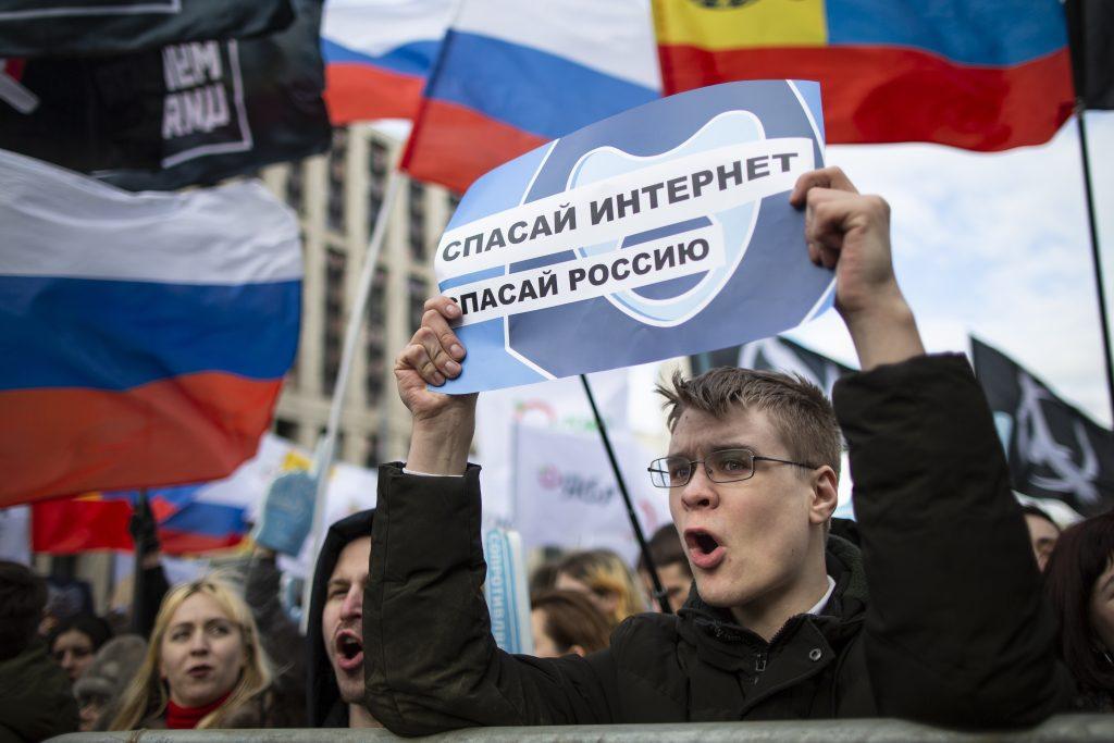 Kremeľ sa pod tlakom verejnej mienky pripravuje na cenzurovanie internetu