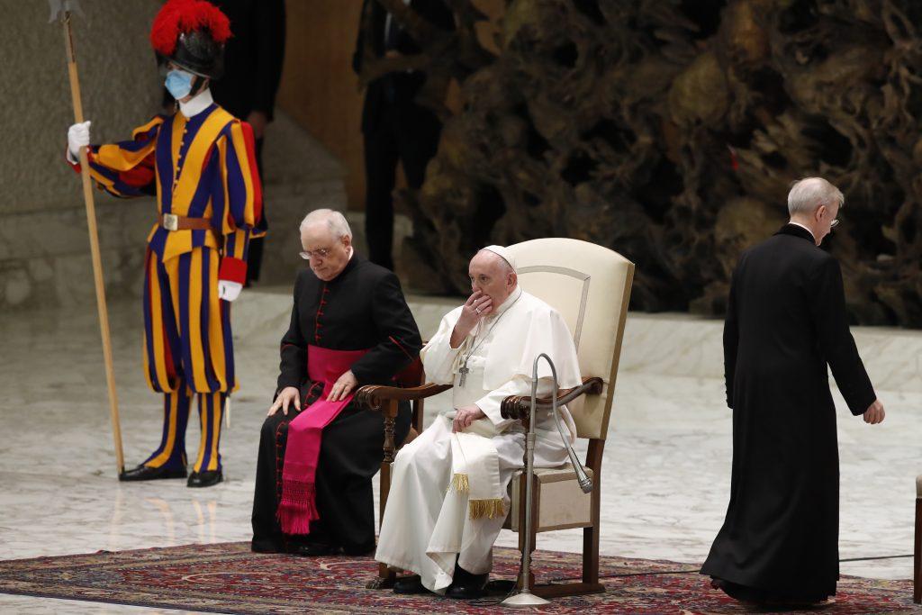 Párty vo Vatikáne pokračuje, rovnako aj útoky na cirkev