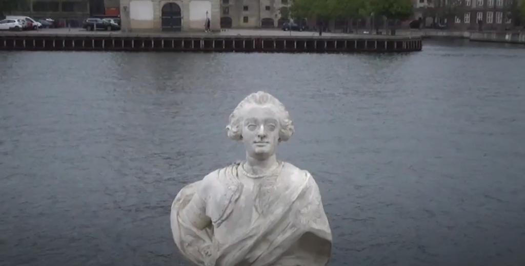 Študenti v Dánsku hodili do prístavu bustu zakladateľa školy. Riaditeľku po kritike vyhodili