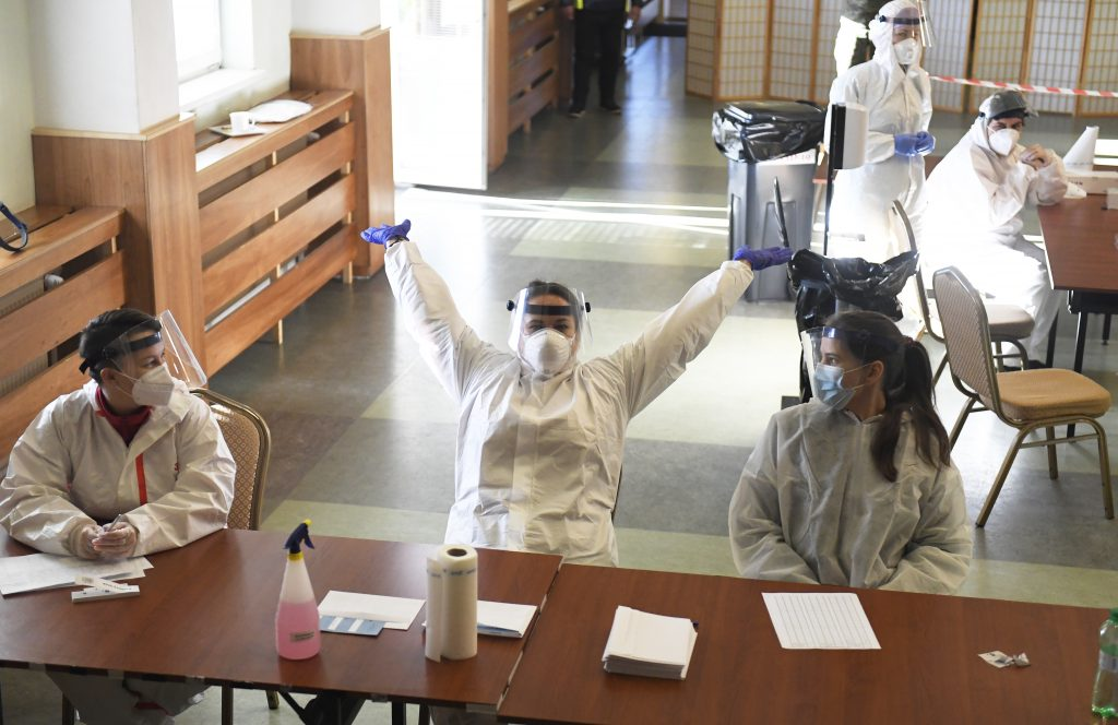 Rezort obrany do konca roka vyplatí všetkých zdravotníkov z plošného testovania