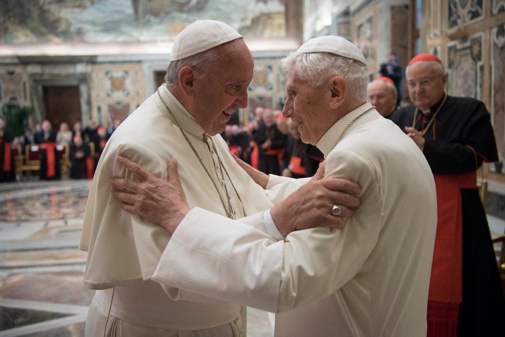 Pápež František a emeritný pápež Benedikt XVI. sa dali zaočkovať