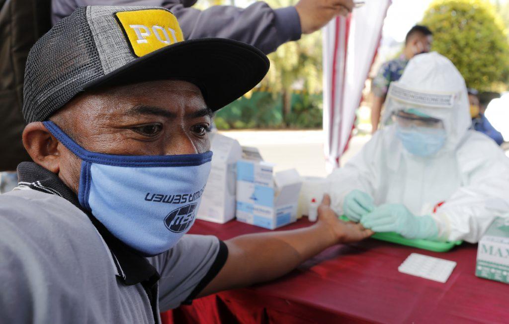Prečo Indonézia zaočkuje najskôr pracujúcich?