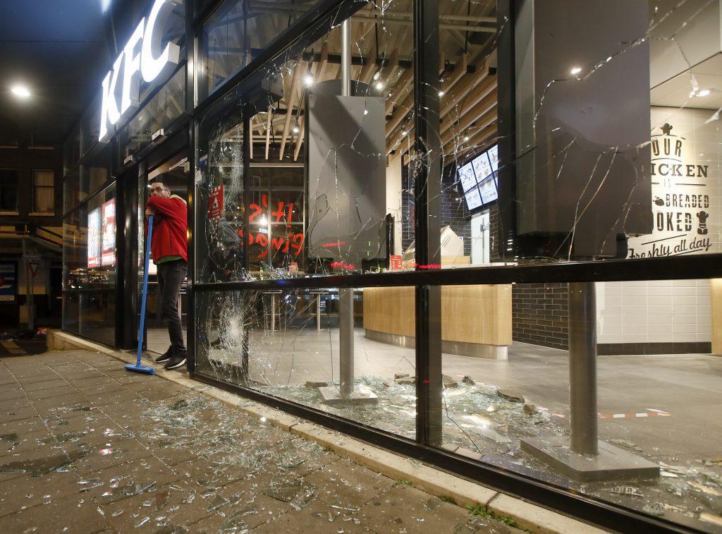 Európske protesty proti opatreniam: Nepokoje v Holandsku sú najhoršie za 40 rokov