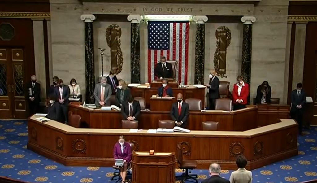 Absurdistan? Americký kongresman zakončil modlitbu slovami amen a awoman