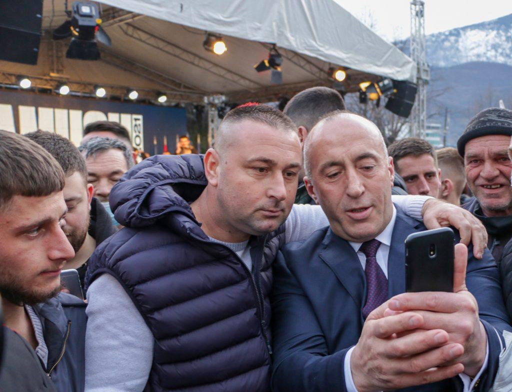Kosovo dnes volí. Bez rúška a v nacionalistickom háve s módnou frizúrou
