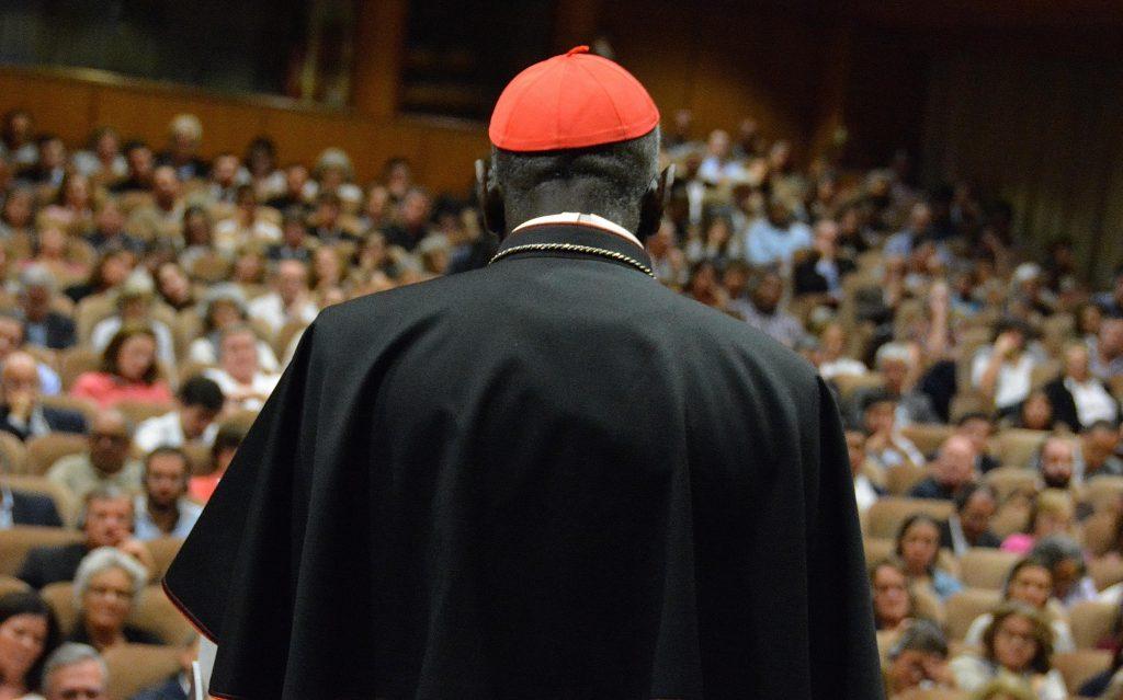 Kardinál Sarah odchádza z kúrie. Pápež František akceptoval jeho rezignáciu