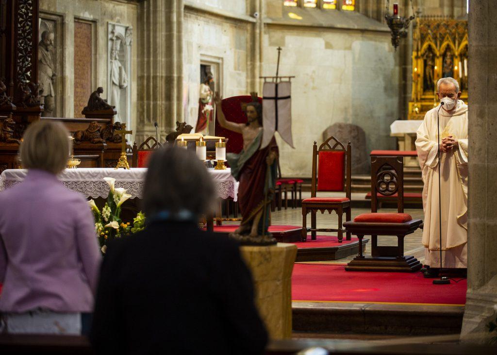 Hovorca biskupov: Kostoly sa otvoriť nedajú, treba viac pomáhať pri pacientoch