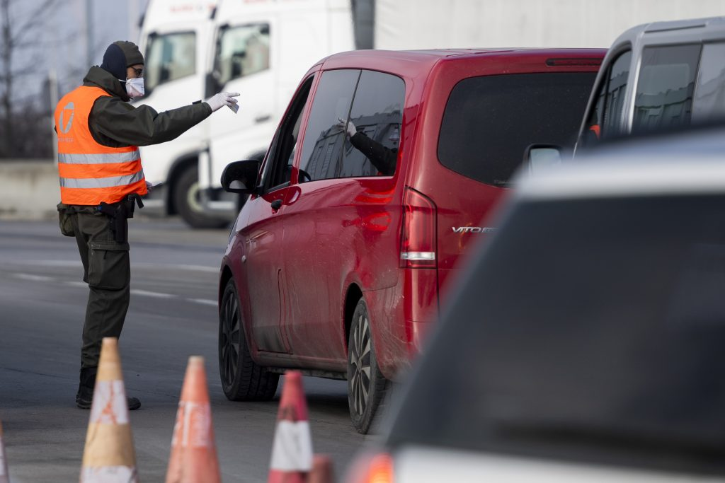 Hranice zatvárajú: Slovákov prichádzajúcich z cudziny čaká karanténa