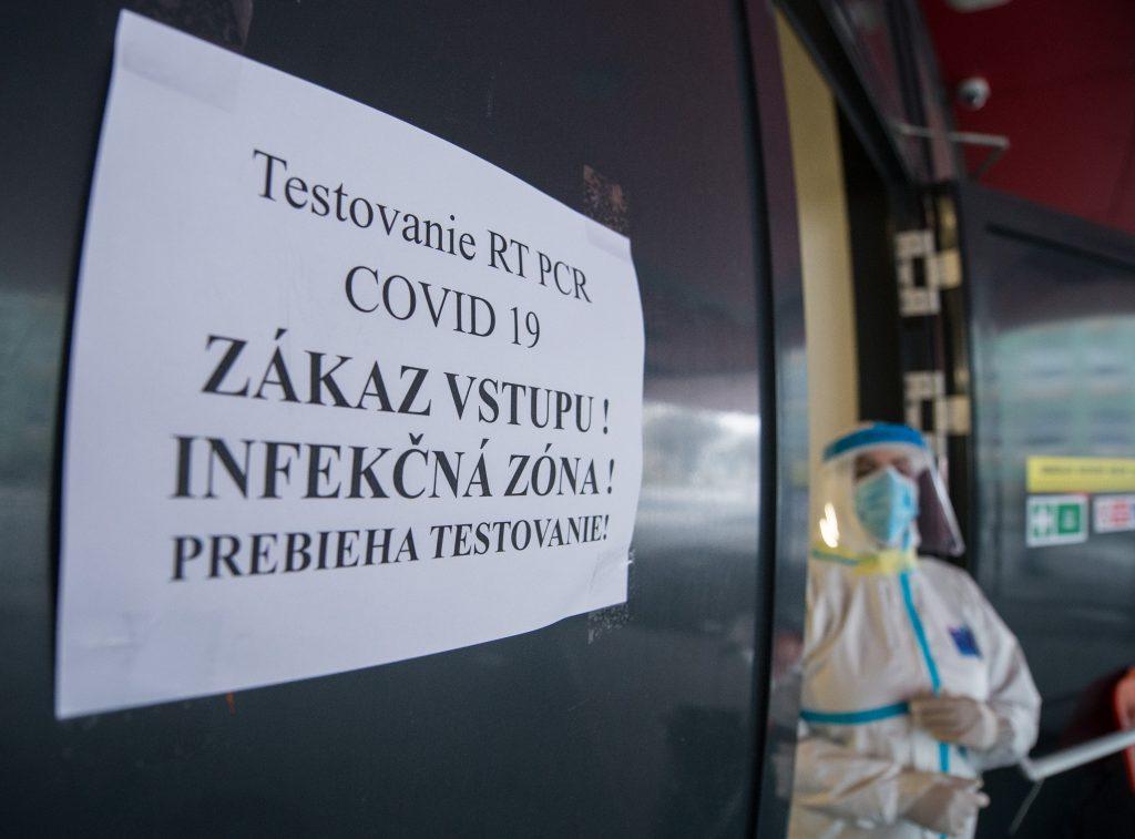 Slovensko je od pondelka čierne. Začína platiť covid automat
