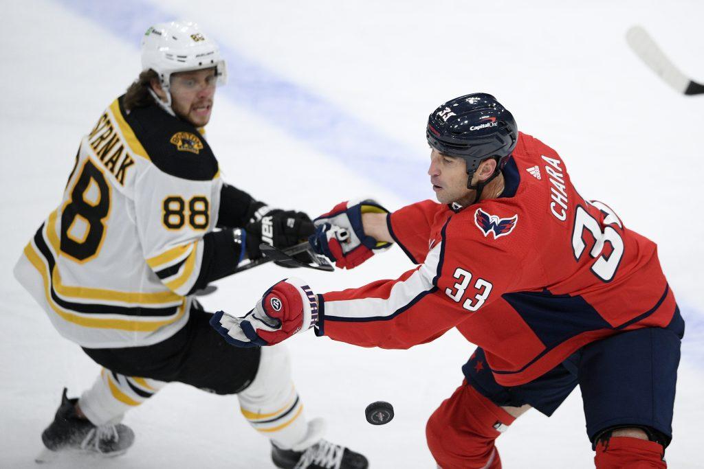 Unaví sa niekedy Zdeno Chára? Na korčuliach stál zatiaľ najviac v NHL