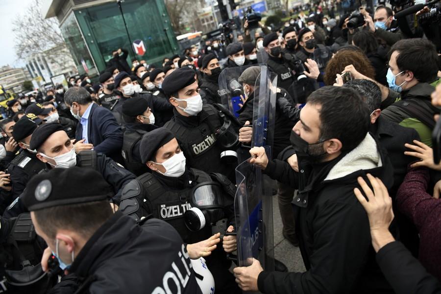 Erdogan sľuboval reformy, jeho kritici však stále čelia fyzickým útokom