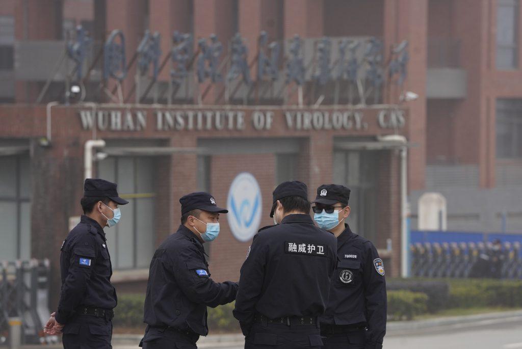 Číňania objavili 2 000 nových vírusov. Ich laboratóriá ohrozujú celý svet, vraví Pompeo