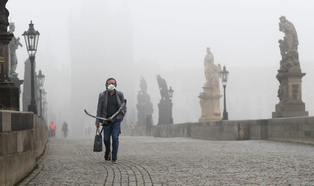 Padli sme spolu: porovnanie pandémie v Česku a na Slovensku