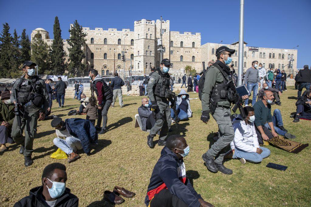 Izraelský paradox: Znovu sa nakazí menej ako percento očkovaných, prípadov ale stále pribúda