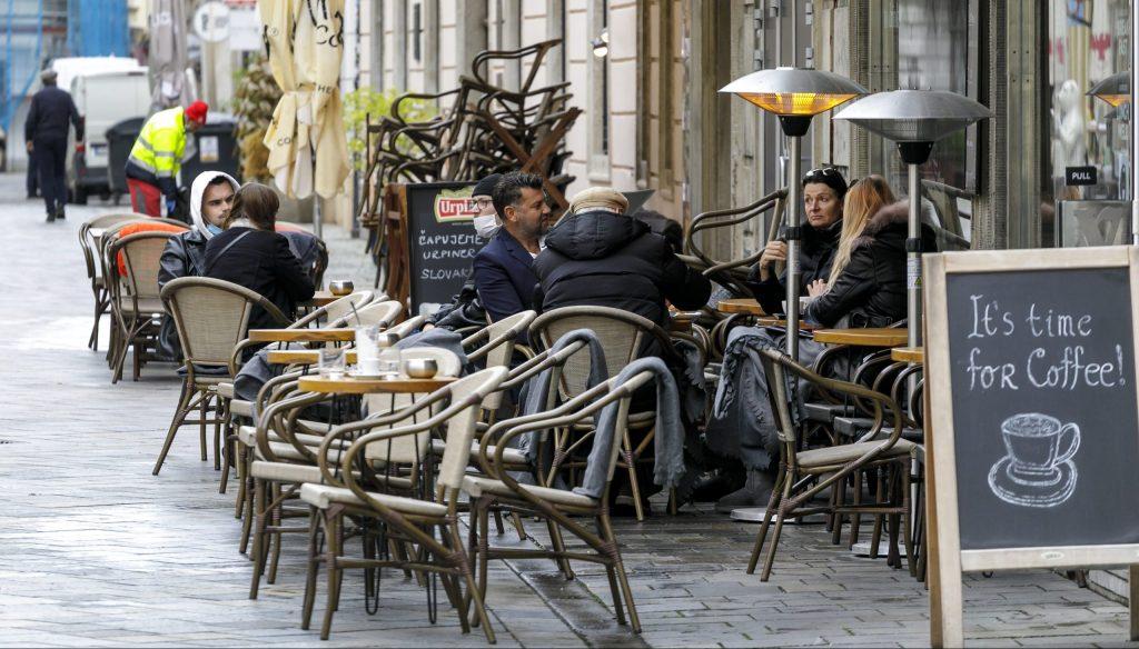 Analytici: Otvorené terasy a obchody budú už v apríli, no treba zvládnuť Veľkú noc