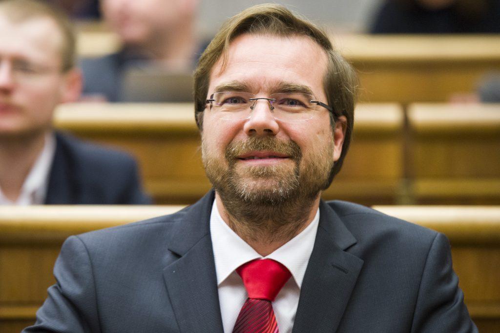 Odchádzajúci minister Krajčí: lekár, kresťanský aktivista a otec piatich detí