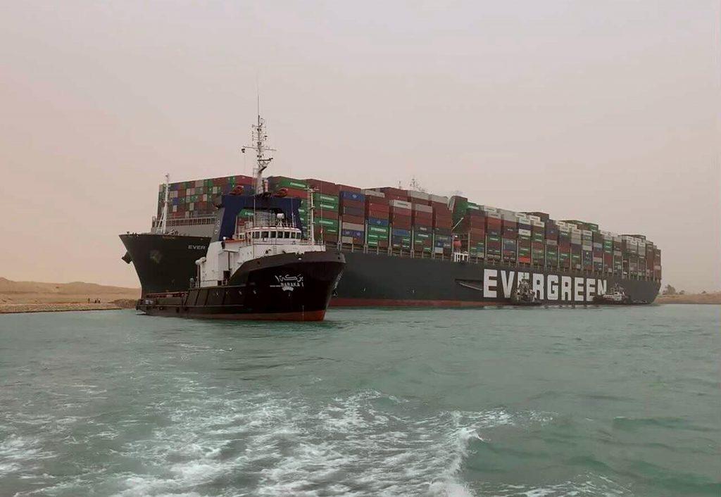 VIDEO Kapitán lode, ktorá zablokovala celý Suez, predtým kreslil na vodách obrazec pripomínajúci penis