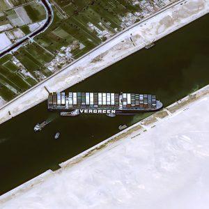 Nehoda v Suezskom prieplave zdvihla ceny ropy, dlhodobo však dopyt po nej asi bude klesať