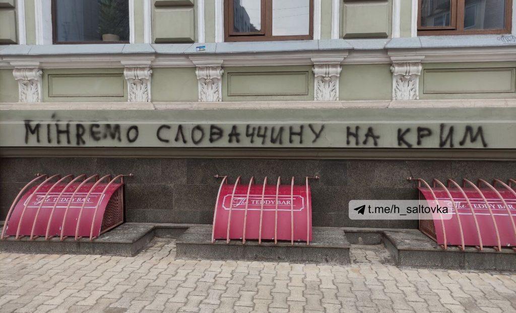 Meníme Slovensko za Krym. Ukrajinci posprejovali náš konzulát