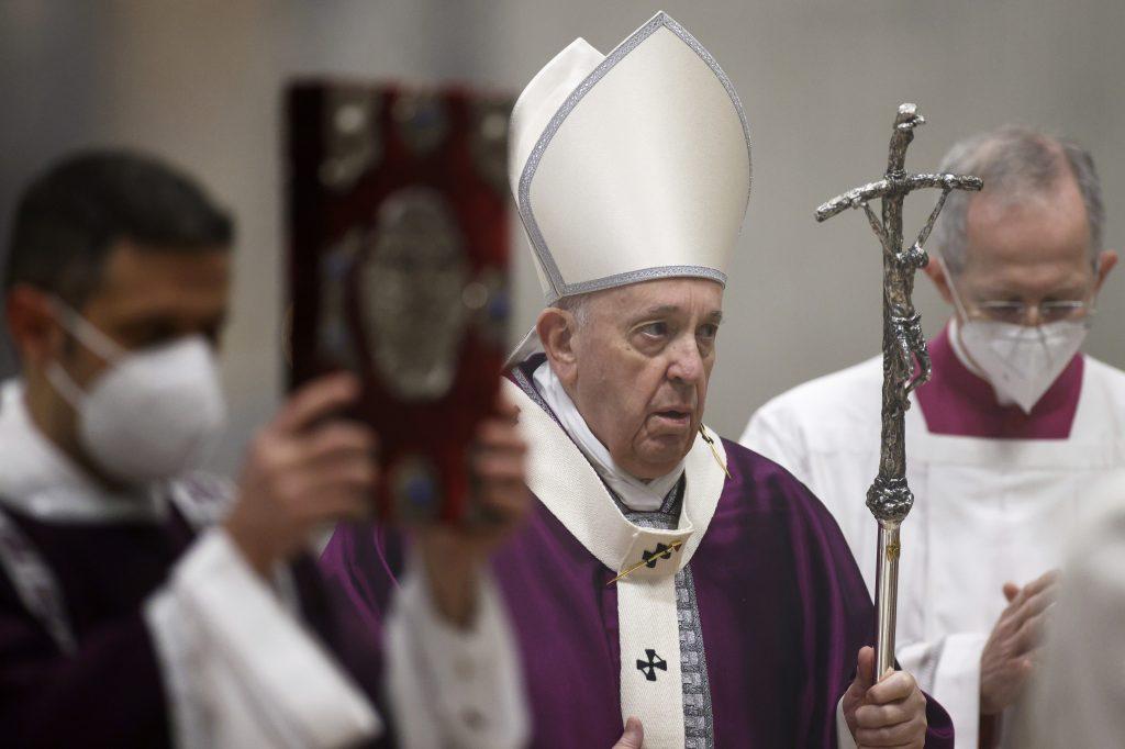 Vatikán: Kňazi nemôžu požehnávať zväzky gayov a lesieb, je to hriech