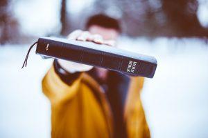 Ako čítať Bibliu a čo vidí bradatý hipster na čítaní starej knihy