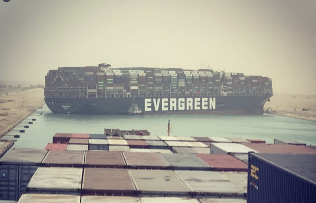 Obrovská loď zablokovala Suezský prieplav a ochromila svetovú lodnú dopravu