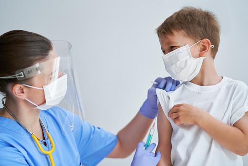 Očkovanie detí je čoraz nevyhnutnejšie, bez neho nad pandémiou asi nevyhráme