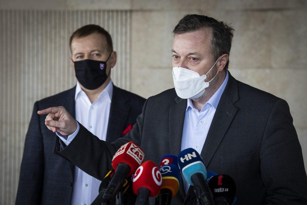 Kollár a Krajniak žiadajú o bezodkladné prešetrenie prípadu šéfa SIS