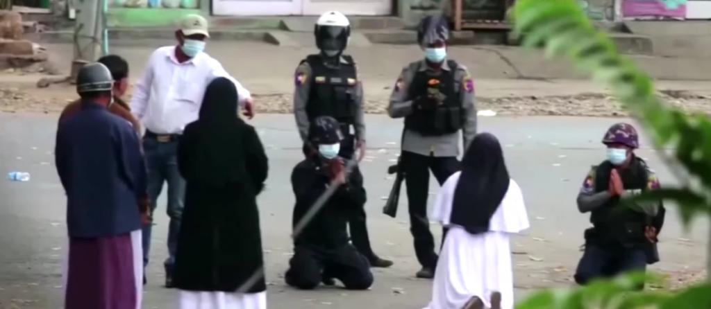 Mníška sa vzoprela mjanmarskej polícii: Môžete ma aj zabiť, ale neustúpim